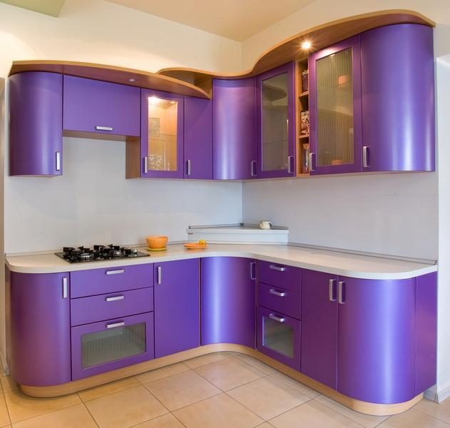 Угловая кухня фиолетового оттенка