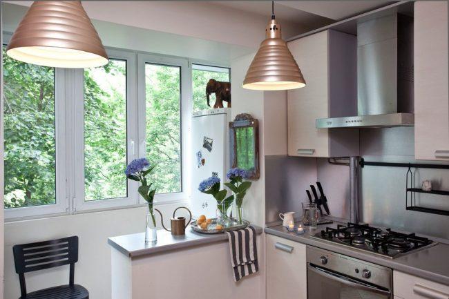 Кухня со стеной от балконного блока