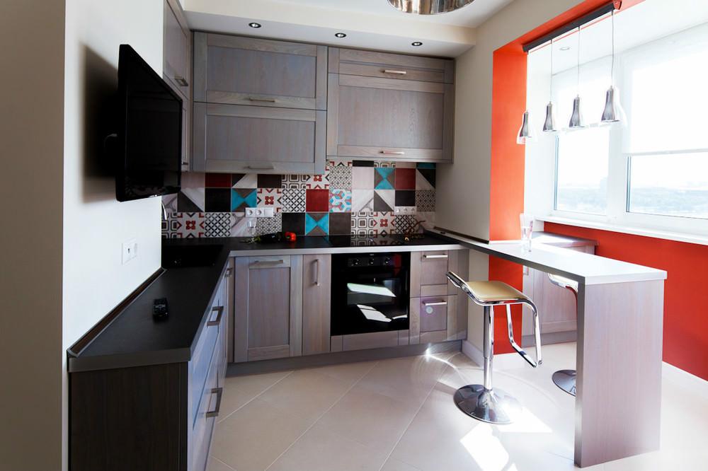 Совмещённая кухня с ярким фартуком