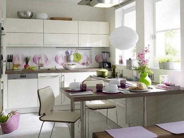 Угловая кухня со стильным орнаментом на фартуке