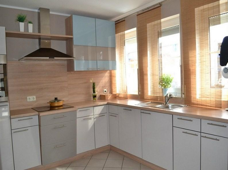 кухонный гарнитур вокруг окон
