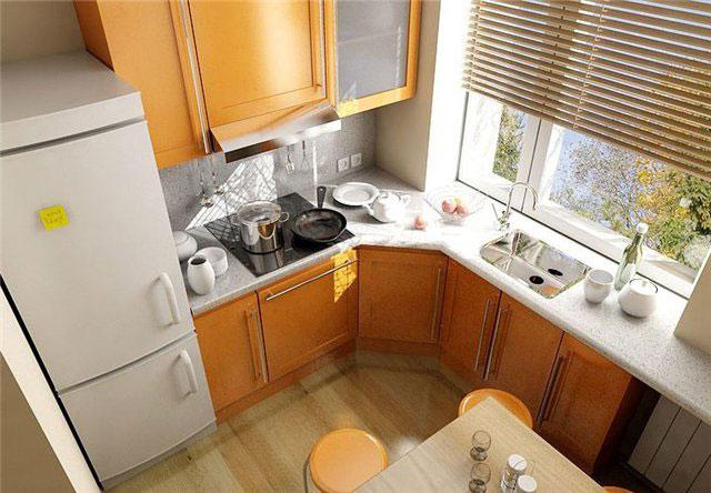 Угловая кухня с раковиной у окна