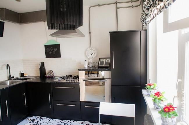 Угловая кухня у окна