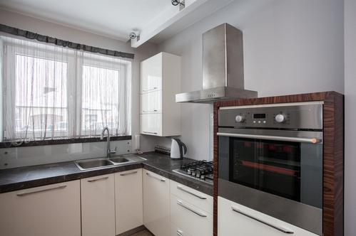 Угловая кухня модерн у окна