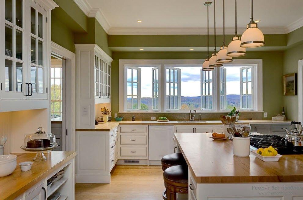 Большая угловая кухня у окна
