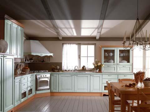 Угловая кухня у окна с обеденной зоной