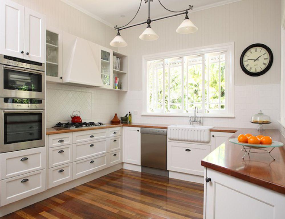 Светлая угловая кухня у окна
