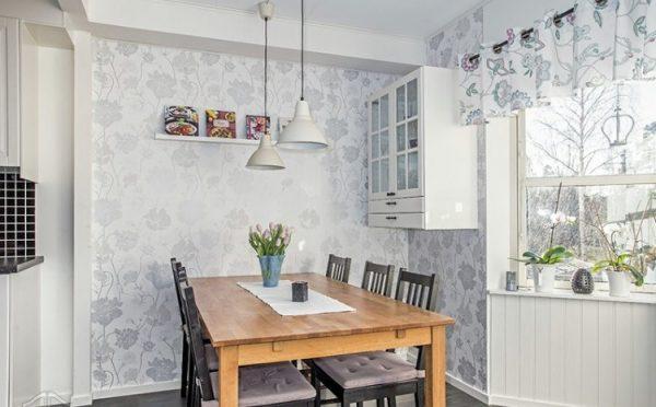 Обои с лёгким цветочным принтом а интерьере кухни