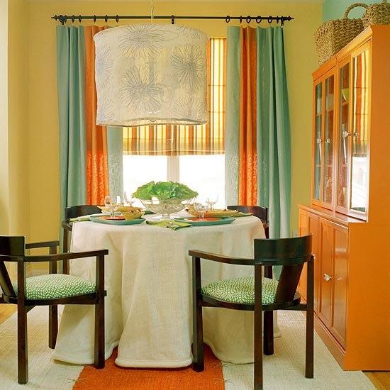 Зелёные шторы и оранжевый гарнитур