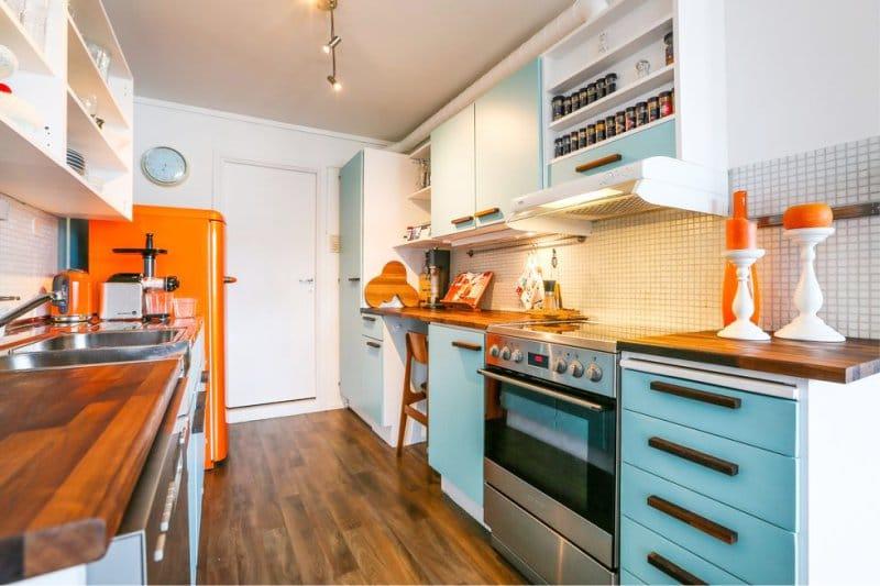 Голубой и оранжевый цвет в интерьере кухни