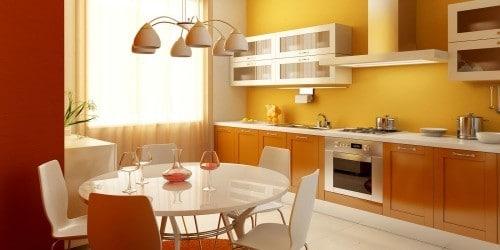 белый стол на оранжевой кухне