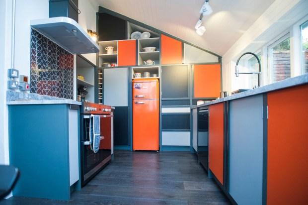 оранжево-голубая кухня