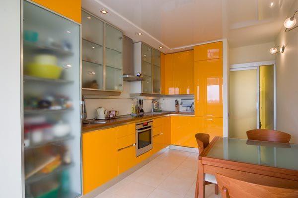 оранжевая кухня со шкафами из калённого стекла