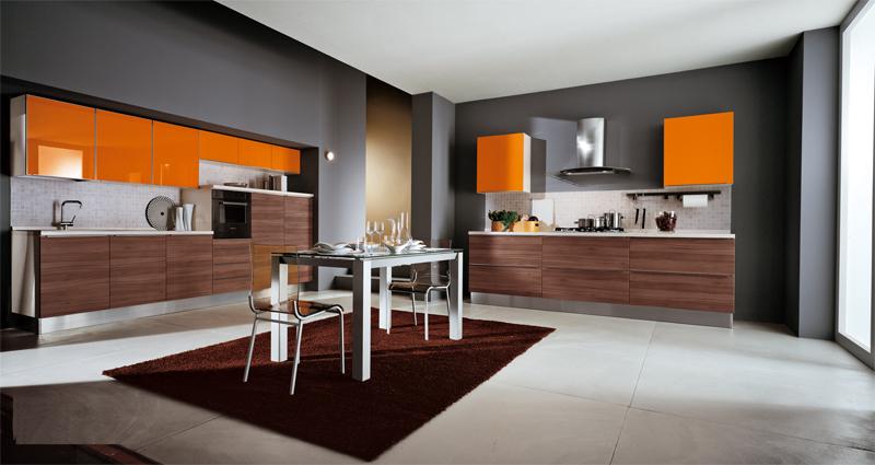 оранжевая кухня на сером фоне