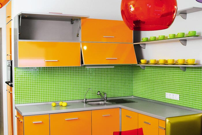 оранжевая кухня и зелёный фартук