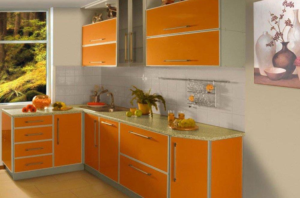 оранжевая кухня с картиной