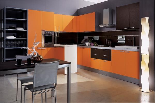 Оранжевая кухня и черные стены