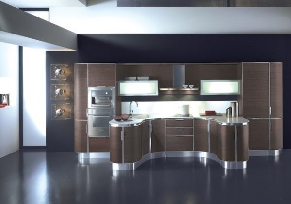 Серая кухня на фоне фиолетовых стен
