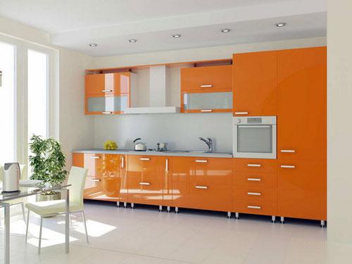 Оранжевая кухня с открытыми ножками
