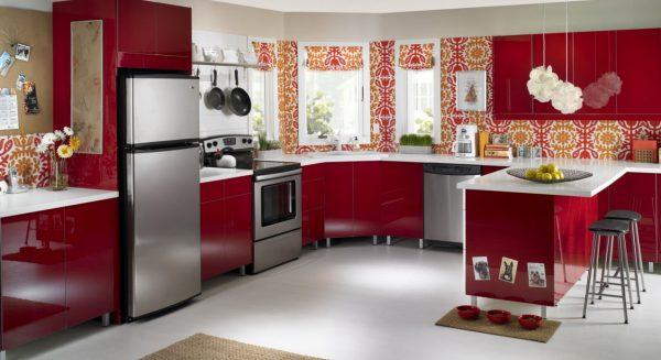 красная кухня с орнаментом на стенах