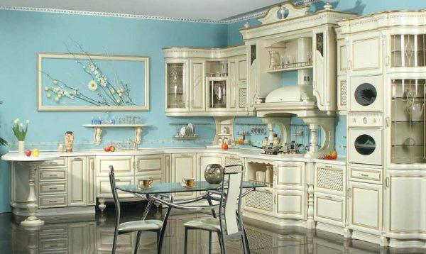 Белая кухня на фоне голубых стен