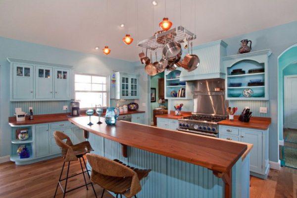 Светло-голубая кухня с темно-коричневой столешницей и стульями