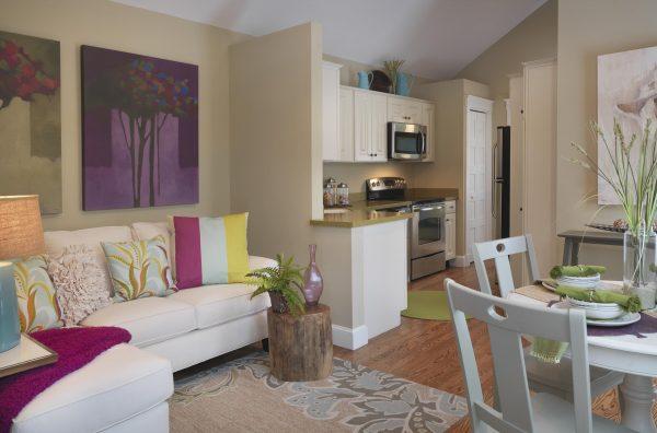угловой белый диван на кухне
