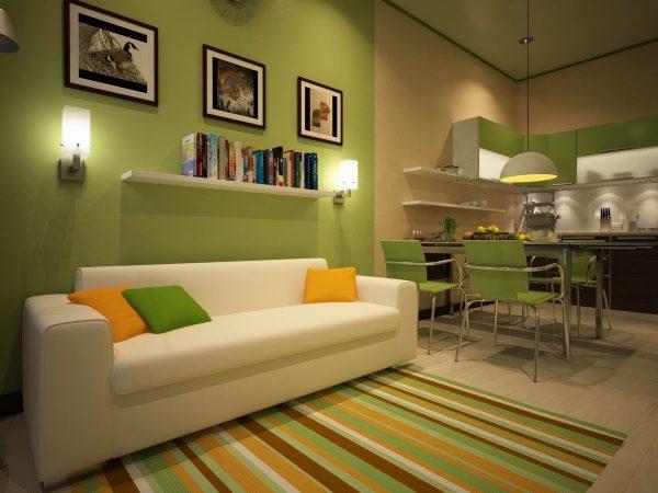 белый диван на полосатом ковре