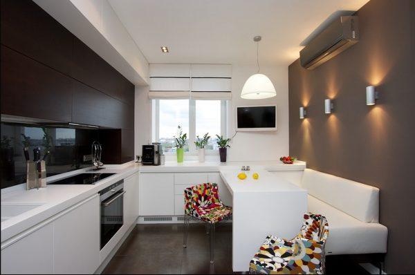 строгий белый диван на кухне