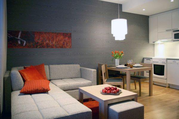 серый угловой диван у окна