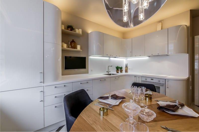 Угловая кухня с открытыми полками