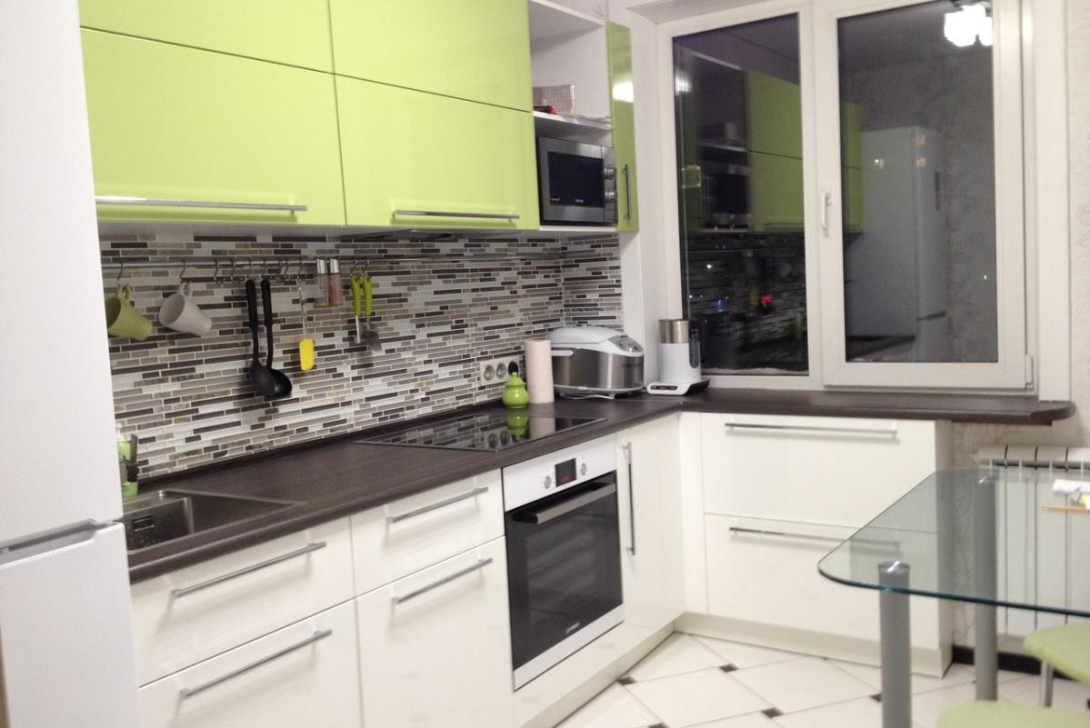 кухня 8м.кв с мозаичным фартуком