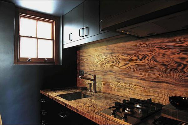 Деревянная панель на фартуке