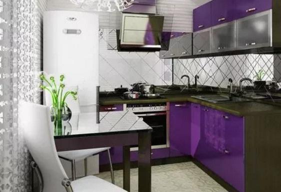 Угловая фиолетовая маленькая кухня