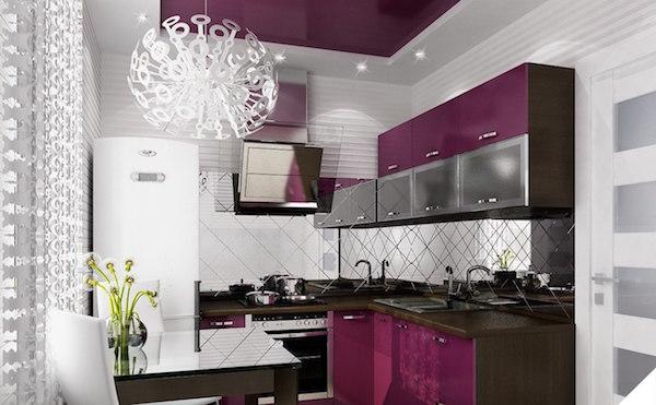 холодильник у окна на кухне
