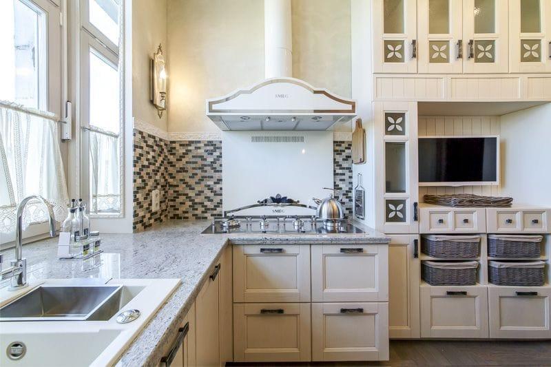 Угловая кухня с мозаичным фартуком