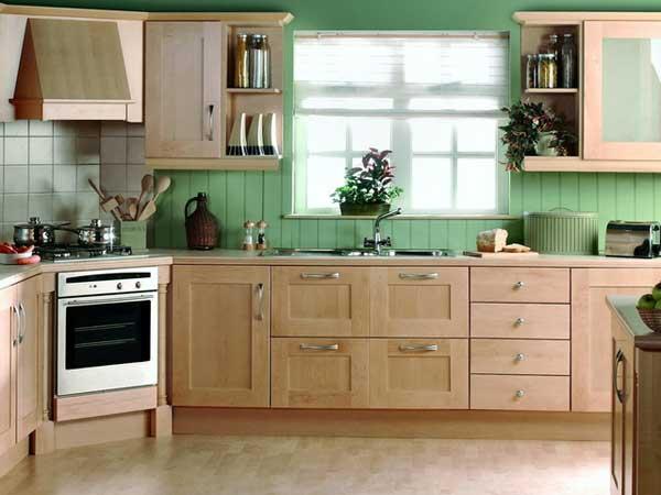Угловая кухня у окна с раковиной