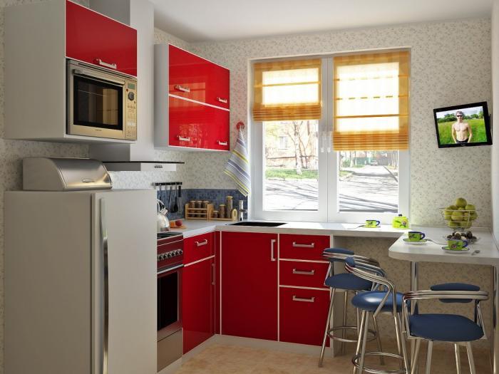Угловая кухня у окна со столом