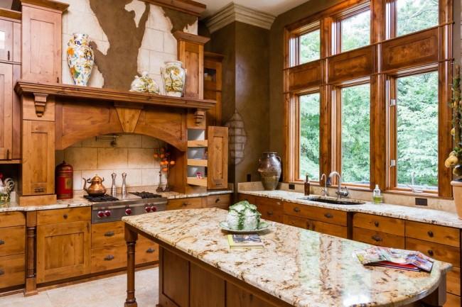 Угловая кухня у окна из дерева