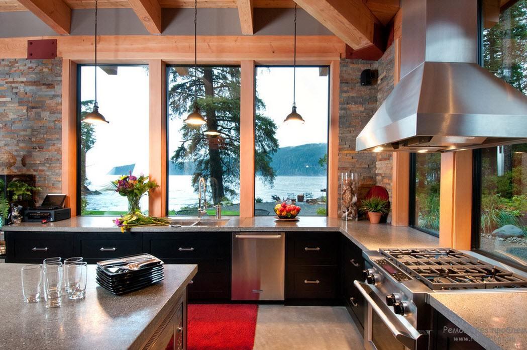 Угловая кухня с мойкой напротив окна