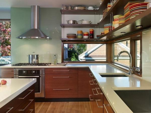 Кухня с двумя окнами в углу