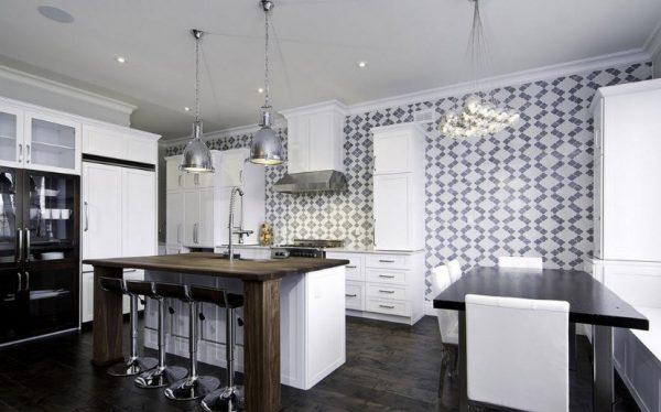 Лаконичный рисунок обоев на стенах кухни